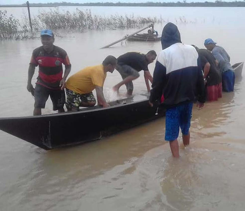Embarcação que virou com seis homens no Rio São Francisco, em Xique-Xique, foi achada por populares — Foto: Central Notícia