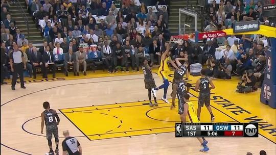 Com nova torção de Curry, Warriors têm Durant gigante e vencem Spurs na raça
