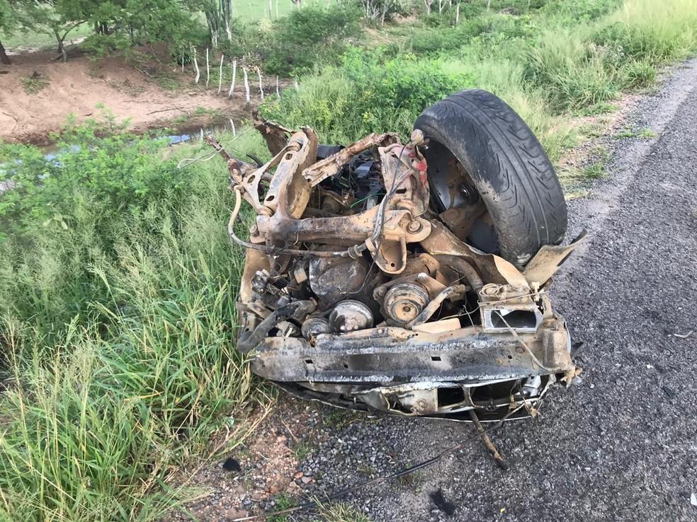 Carro bateu de frente com uma moto e depois foi atingido por um ônibus — Foto: Alex Muniz/ Site do Voz da Bahia