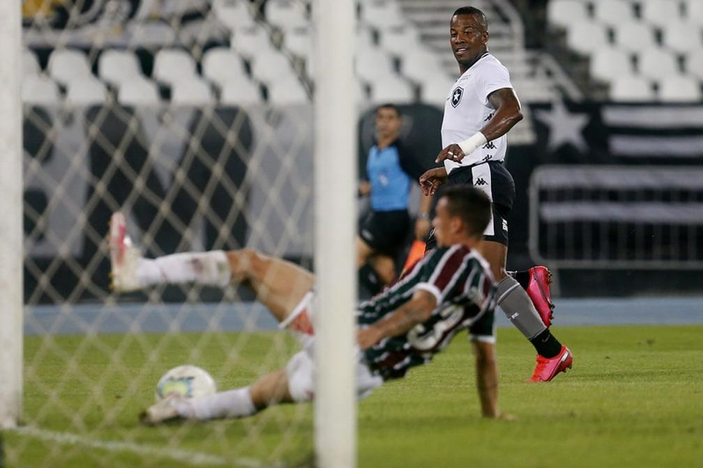 """O corte de Calegari na """"hora H"""" para evitar o gol de Guilherme Santos quando o jogo ainda estava 0 a 0 — Foto: Vitor Silva / Botafogo"""
