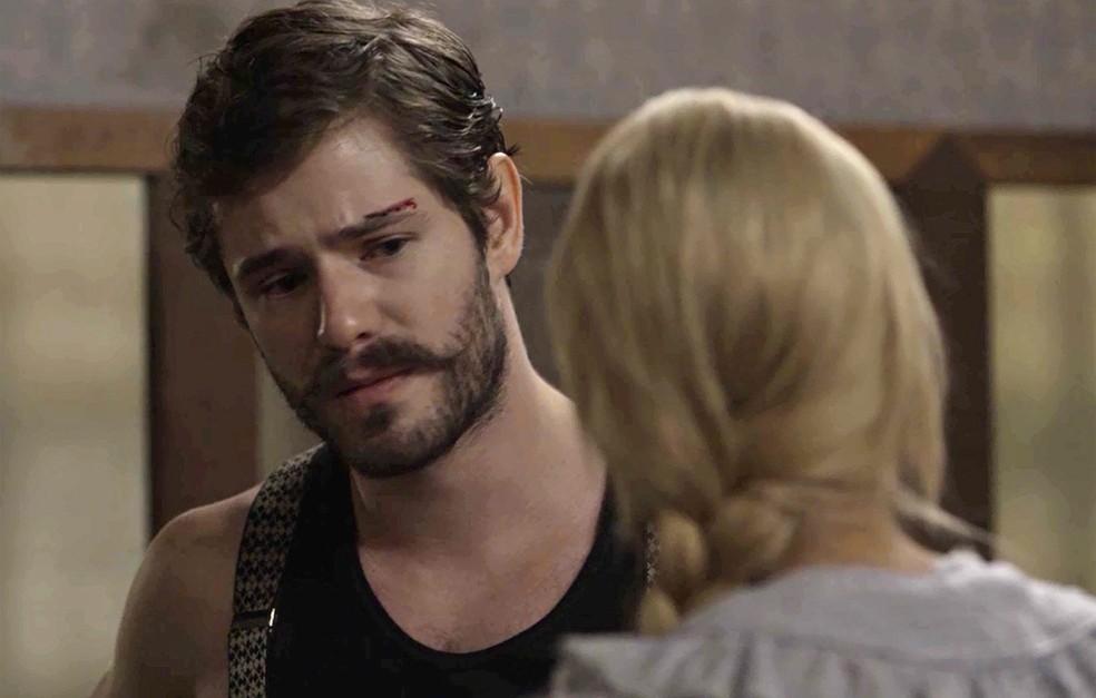Camilo tenta argumentar com a esposa, mas ela está irredutível  (Foto: TV Globo)