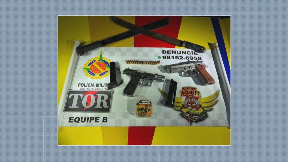 Armas apreendidas com candidato a distrital e amigos (Foto: Reprodução/TV Globo)