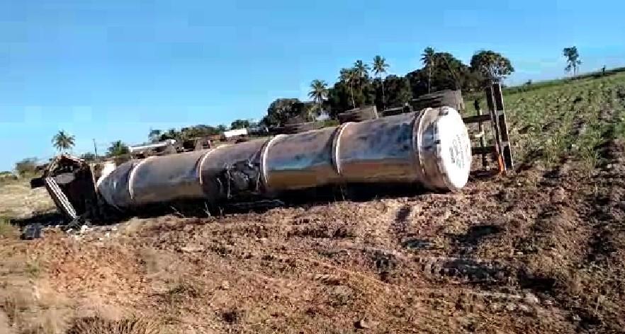 Caminhão que transportava etanol tomba na AL-101, em Penedo - Notícias - Plantão Diário
