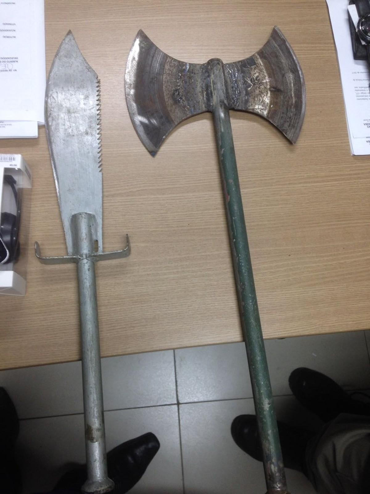 Espada e machado artesanais são apreendidos em carro de suspeitos de assalto em João Pessoa