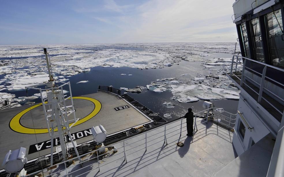 Embarcação navega entre o gelo do mar de Chukchi, no Alasca. O aquecimento global está derretendo o gelo marinho e as geleias, abrindo caminhos nunca acessados antes — Foto: David Goldman/AP Photo