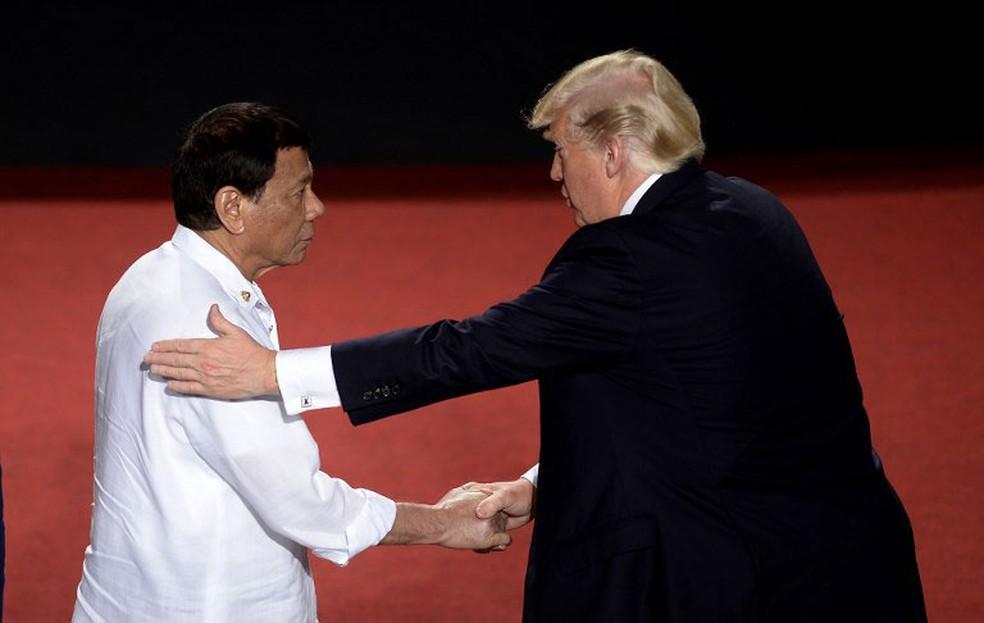 Presidentes Donald Trump (EUA) e Rodrigo Duterte (Filipinas) se cumprimentam durante cúpula da Associação de Nações do Sudeste Asiático (ASEAN)  (Foto: Noel Celis / AFP)