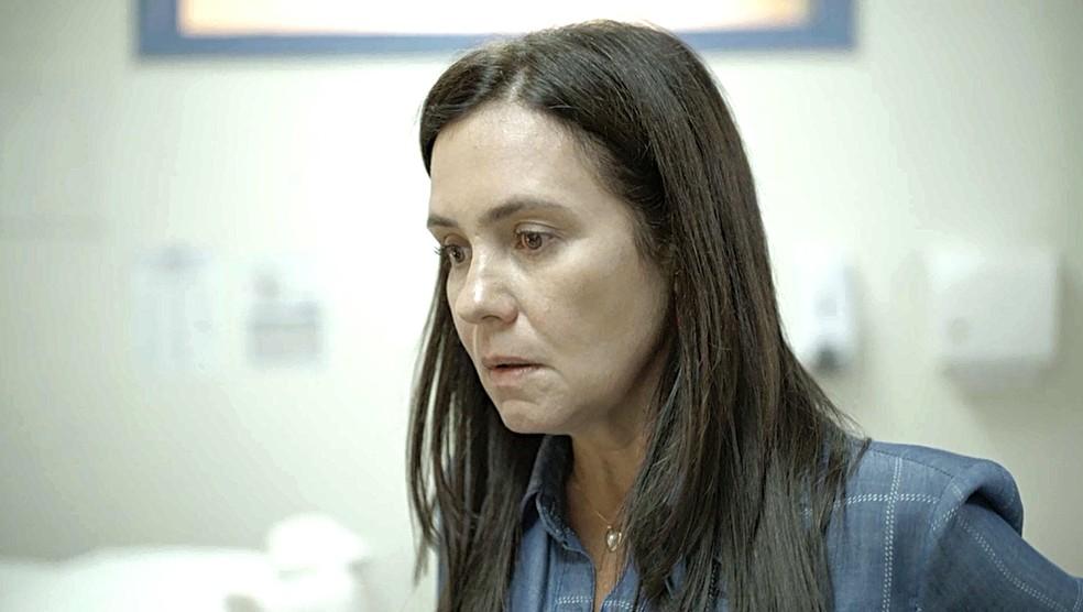Thelma (Adriana Esteves) reage ao comentário chocante de Jane em Amor de Mãe — Foto: Globo