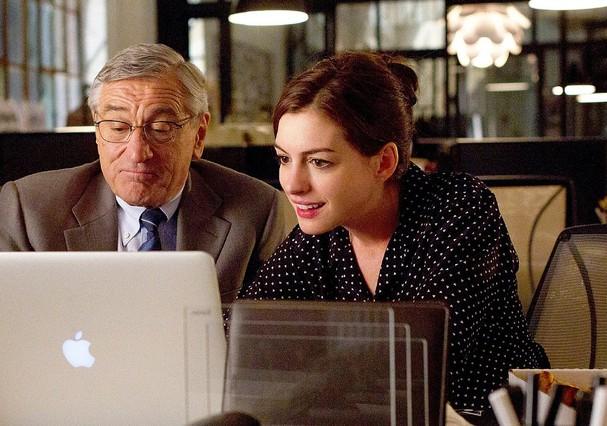 Anne Hathaway e De Niro, no filme Um Senhor Estagiário (Foto: Reprodução)