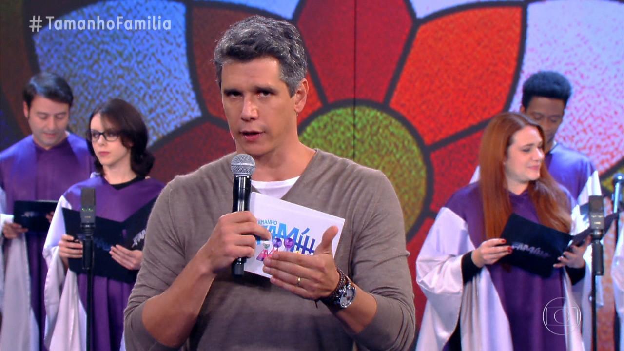 Marcio Garcia abre o programa com o quadro 'Cante a Letra'