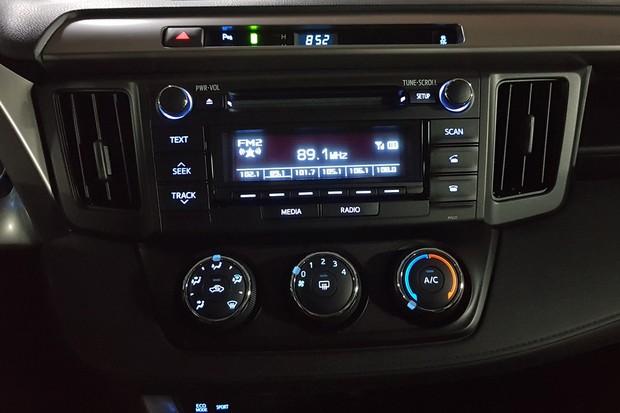 Central multimídia fica de fora da versão L, que conta com rádio de duas bandejas (Foto: Julio Cabral/Autoesporte)