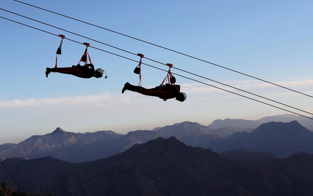 Pessoas são vistas na maior tirolesa do mundo, na montanha Jabal Jais, em Ras al-Khamiah, nos Emirados Árabes Unidos, em 31 de janeiro (Foto: Reuters/Ahmed Jadallah)