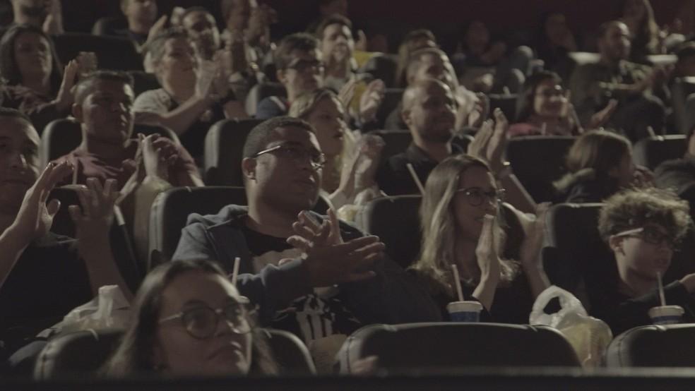 Salva de palmas ao fim do vídeo que homenageia os bombeiros — Foto: Guerrilha Filmes/Divulgação