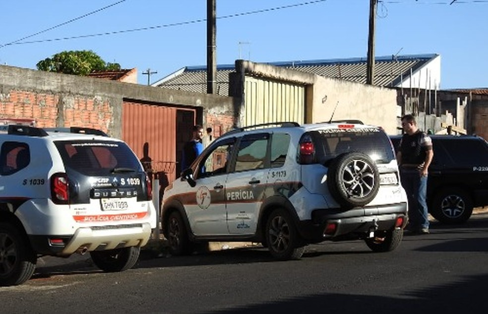 Viaturas da polícia e perícia em frente a casa no Hortênsias onde jovem foi encontrada em Araraquara — Foto: ACidadeON/Araraquara