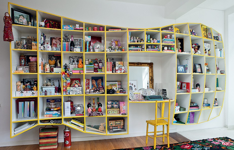 Na sala da estilista Adriana Barra, onde fica a estante Treme-treme, da Triptyque, destaca-se, no centro, a máquina de escrever, herança de família. Peças assim, que não têm mais funcionalidade, podem virar objetos de decoração