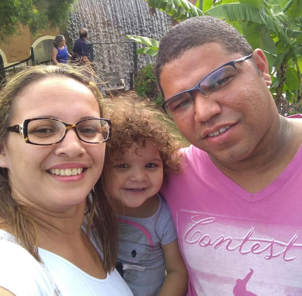 Manuella e os pais. (Foto: Arquivo Pessoal)