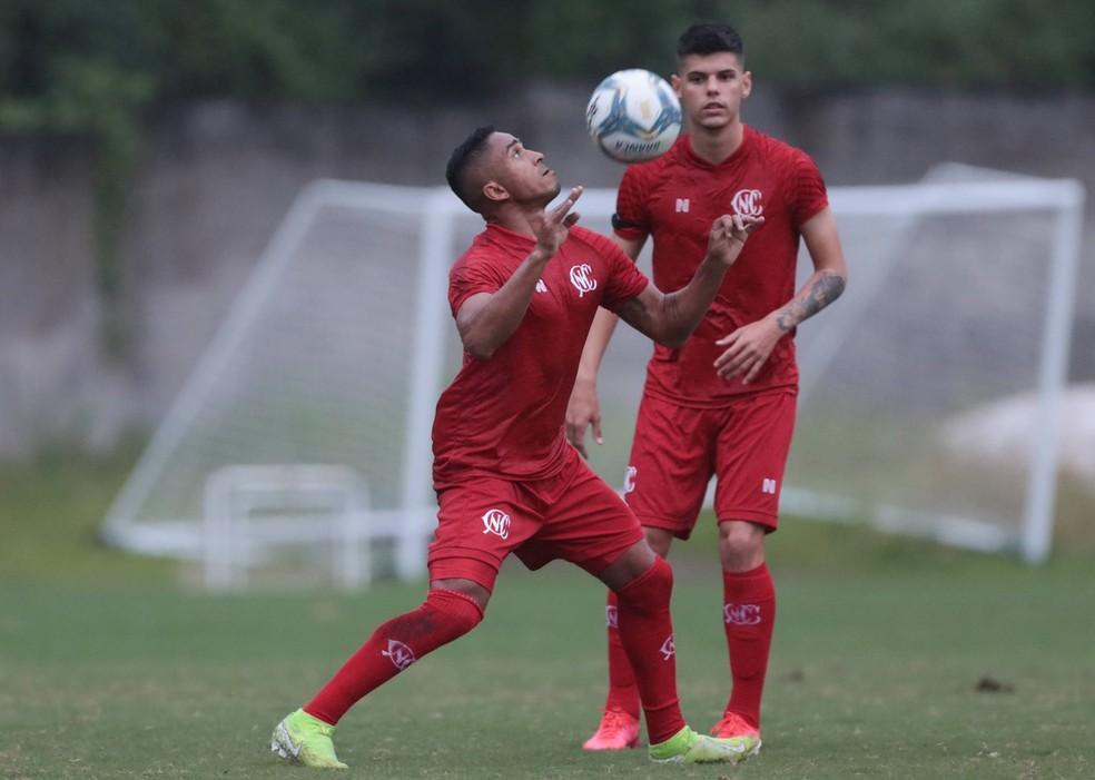 Jorge Henrique e Lucas Paraíba treinam no campo auxiliar do Barradão, em Salvador — Foto: Caio Falcão/CNC