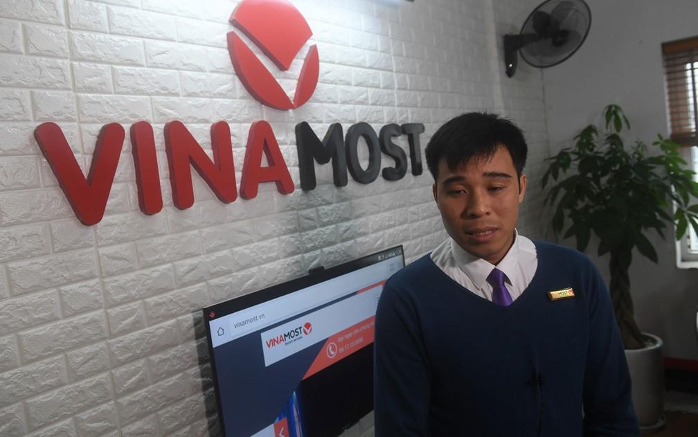 Nguyen Xuan Thien, fundador da empresa Vinamost, uma das empresas que aluga noivos, convidados e serviços para casamentos em Hanoi, no Vietnã (Foto: Hoang Dinh Nam/AFP)