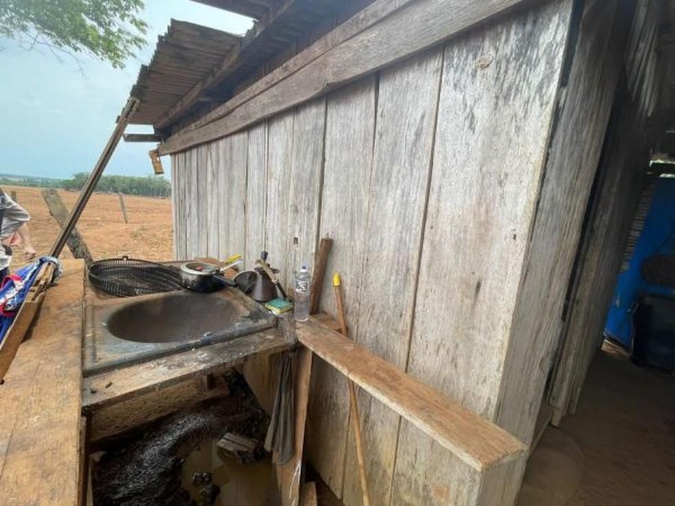 Trabalhadores moravam em barraco improvisado de madeira — Foto: Divulgação