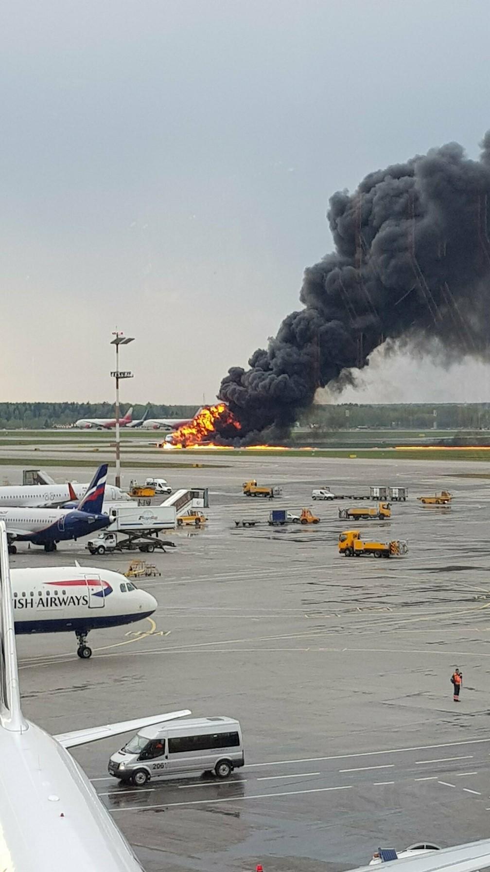 Imagens mostram incêndio no avião da Aeroflot  no aeroportode Moscou â?? Foto: Riccardo Dalla Francesca via AP