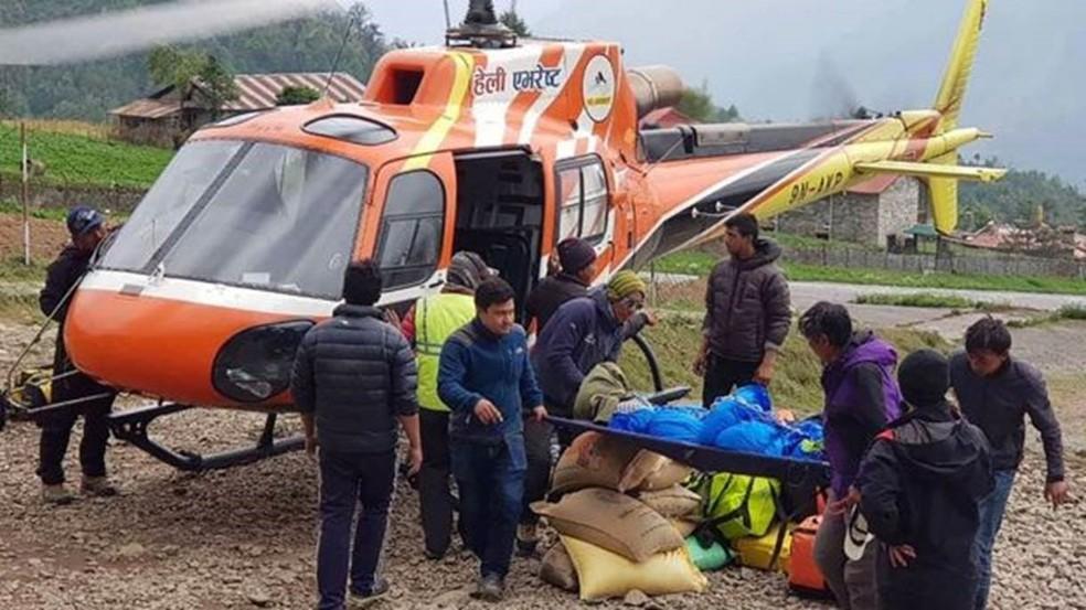 Corpo de um alpinista japonês é retirado de acampamento no Everest; restos mortais de pessoas que morreram há algum tempo estão aparecendo com maior frequência, segundo associações locais — Foto: ANG TASHI SHERPA