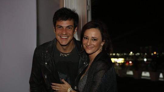 Mateus Solano comenta sobre seus dez anos de casado: 'Sou uma pessoa muito melhor hoje'