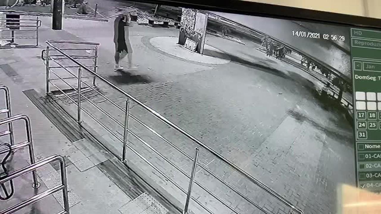 Câmera externa da estação flagra saída de criminoso levando uma televisão