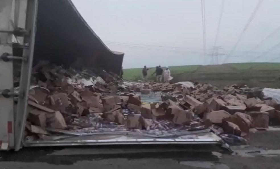 Parte de cima do caminhão se soltou após o veículo tombar na BR-153  — Foto: Felipe Modesto / TV TEM