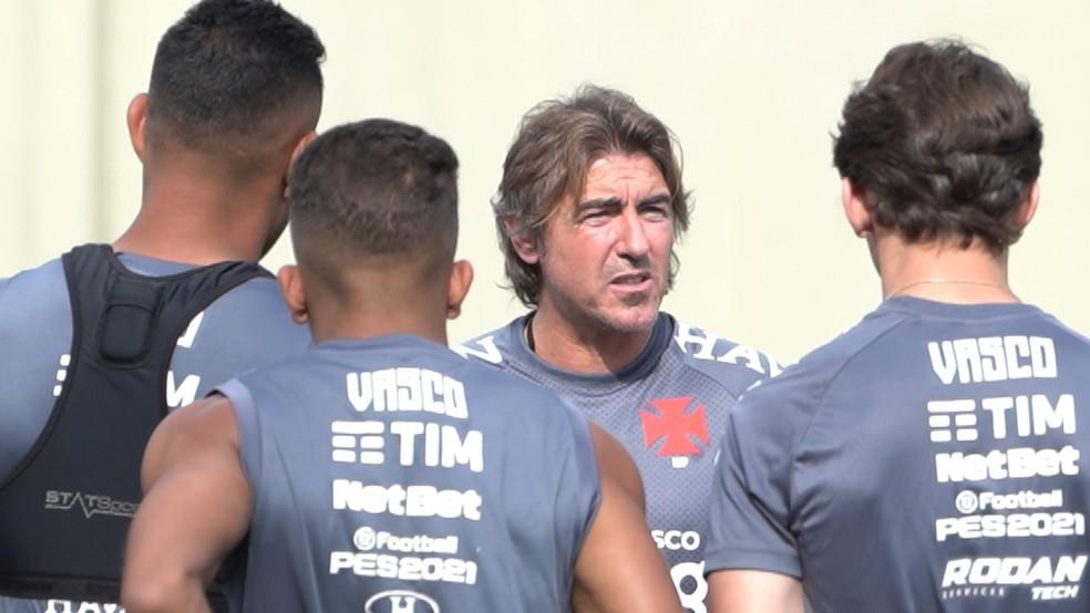 Ricardo Sá Pinto é observado por Werley e Vinícius em seu primeiro treino à frente do Vasco — Foto: Roberto Rosendo/Vasco.com.br