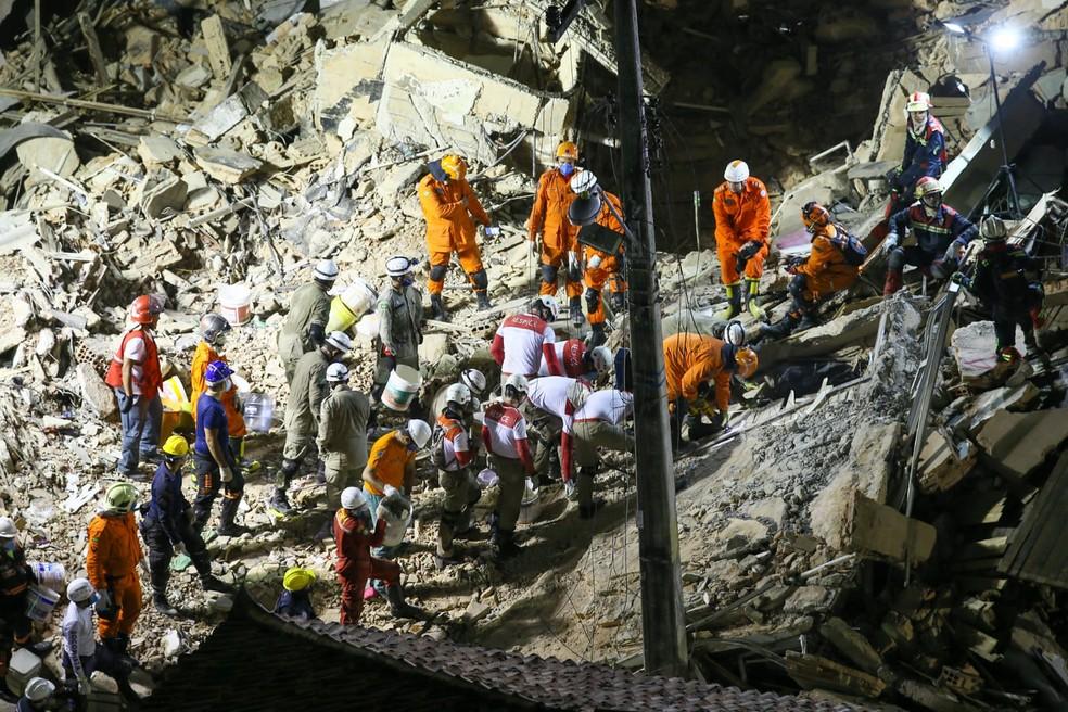 Equipe de resgate sobre escombros do Edifício Andrea, em Fortaleza — Foto: Camila Lima / SVM