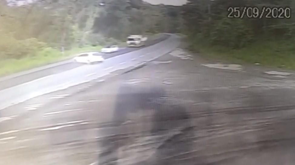 Batida entre carro e caminhão deixa ferido BR-415, no sul da Bahia; VÍDEO