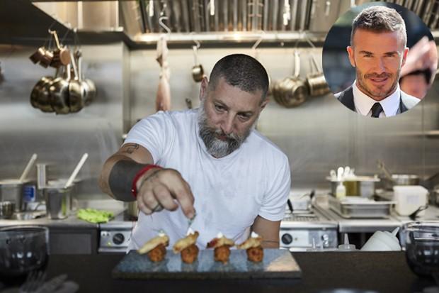 David Beckham visitou o restaurante do ilustre chef Assaf Granit, desenhado pelo icônico Tom Dixon. Nas redes sociais, ele compartilhou o vídeo do balé gastronômico que monta a sobremesa na própria mesa de jantar, na frente dos clientes (Foto: Coal Offic/ Reprodução)