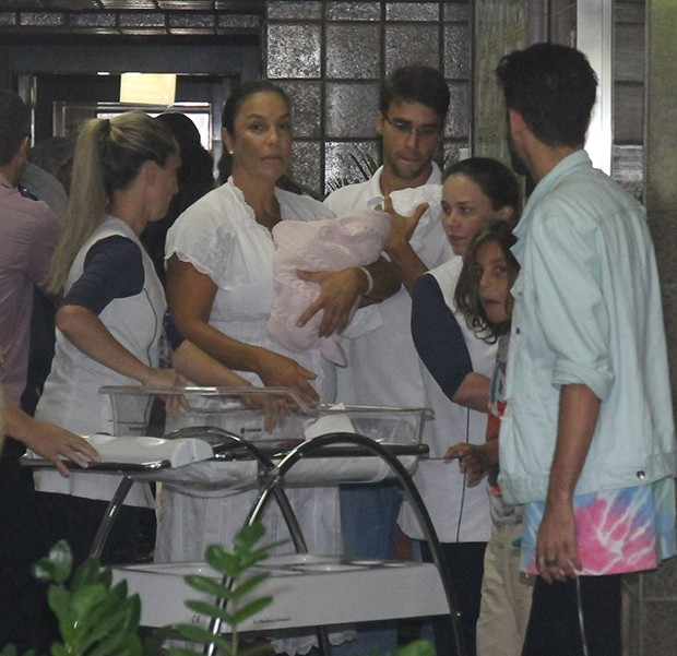 Ivete Sangalo deixa hospital Foto Francisco CepedaAgNews