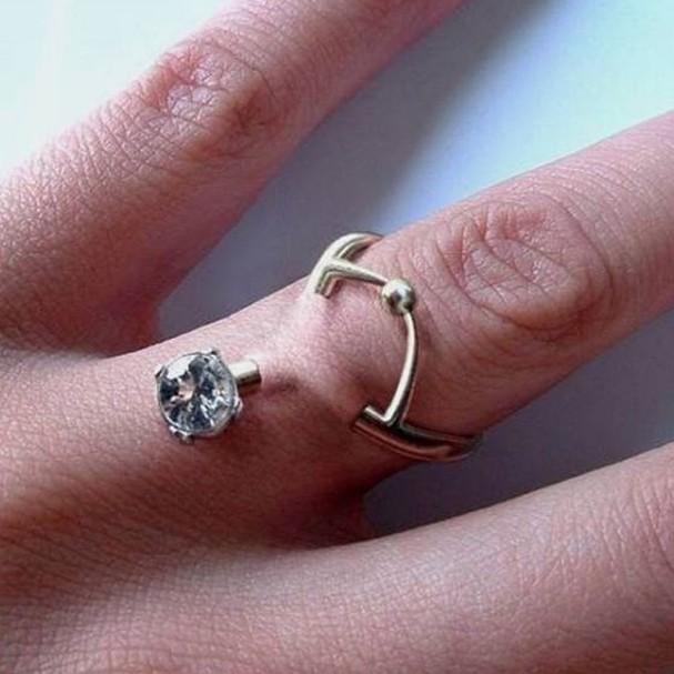 Casais estão substituindo anel de noivado por piercing no dedo  (Foto: Reprodução/Instagram)