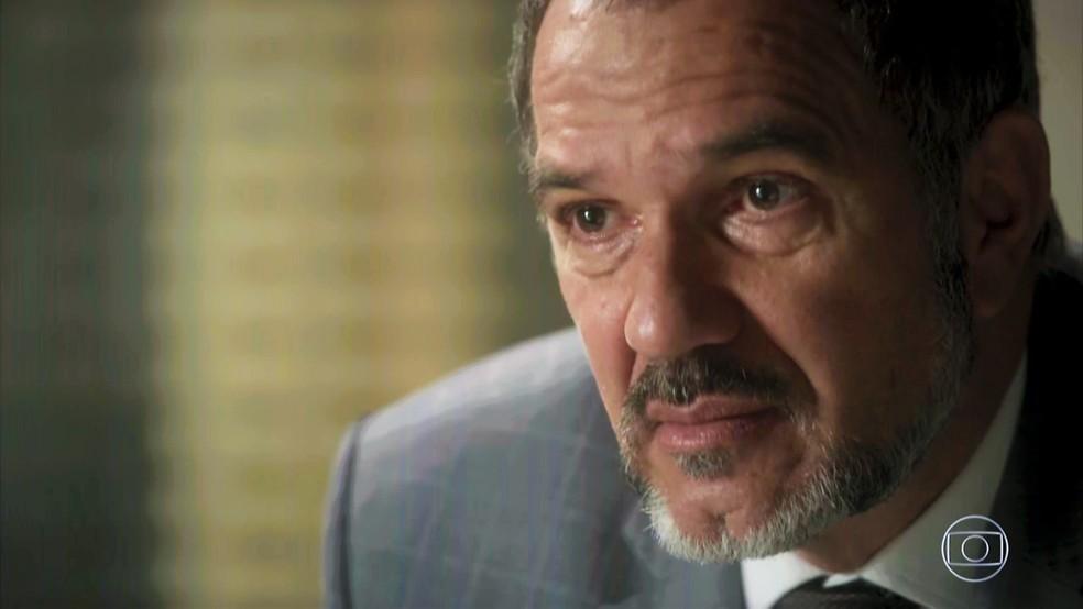 Germano (Humberto Martins) conta que já fez até exame de DNA — Foto: TV Globo