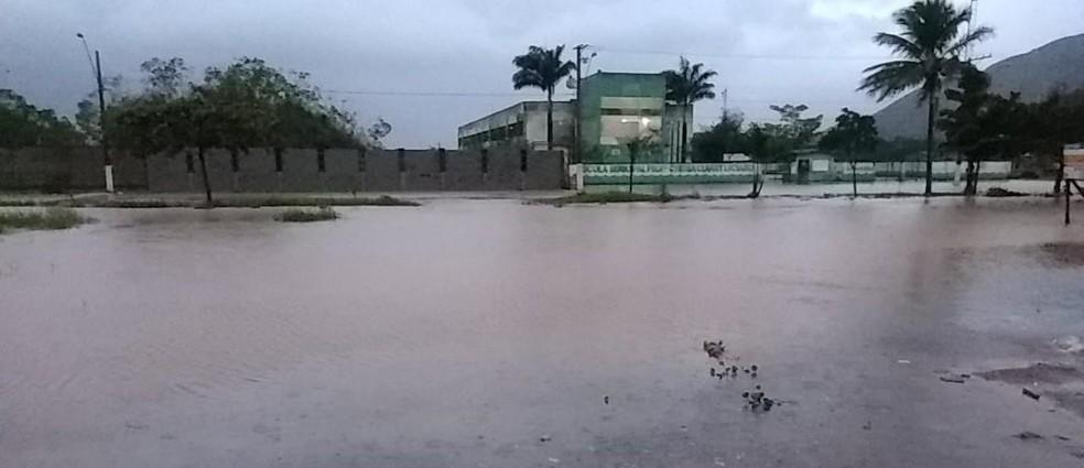 Ruas estão alagadas em São Sebastião por causa da chuva que atinge a cidade desde a madrugada — Foto: Prefeitura de São Sebastião/Divulgação