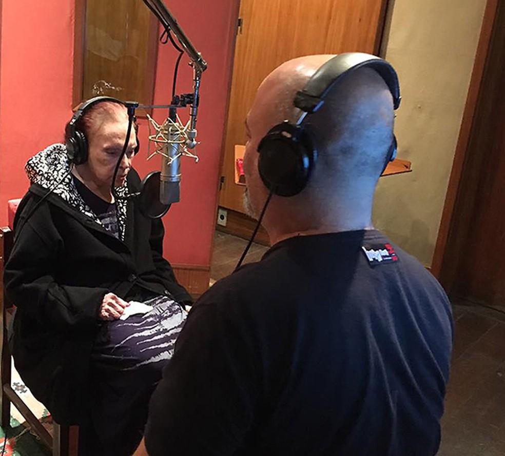 Bibi Ferreira com o maestro Flavio Mendes na gravação do ainda inédito disco em que canta o repertório de Frank Sinatra — Foto: Reprodução