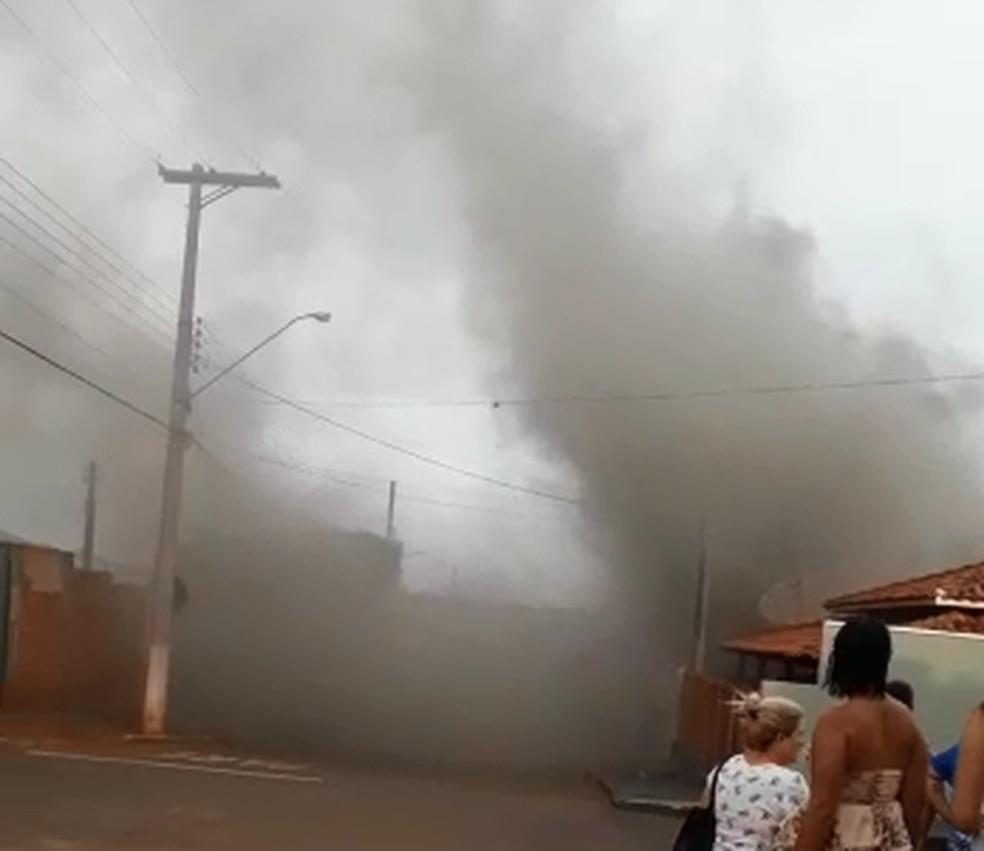 Casa pegou fogo na sexta-feira (6) e ficou destruída em São Pedro do Turvo — Foto: Arquivo pessoal