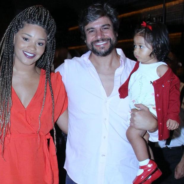 Juliana Alves com o marido, Ernani Nunes, e a filha, Yolanda (Foto: J. Humberto/AgNews)