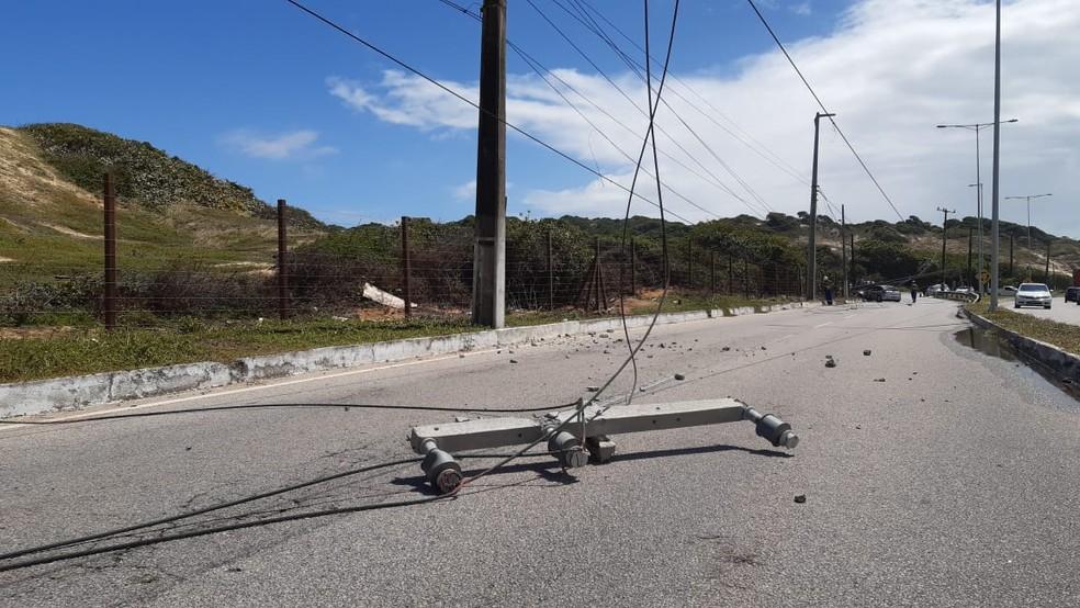 Parte de poste caiu sobre carro após acidente na Via Costeira, em Natal â?? Foto: Sérgio Henrique Santos/Inter TV Cabugi