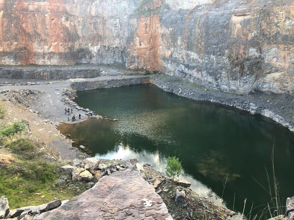 Lagoa formada próxima a área de mineração tem cerca de oito metros de profundidade — Foto: Juliana Gorayeb/G1