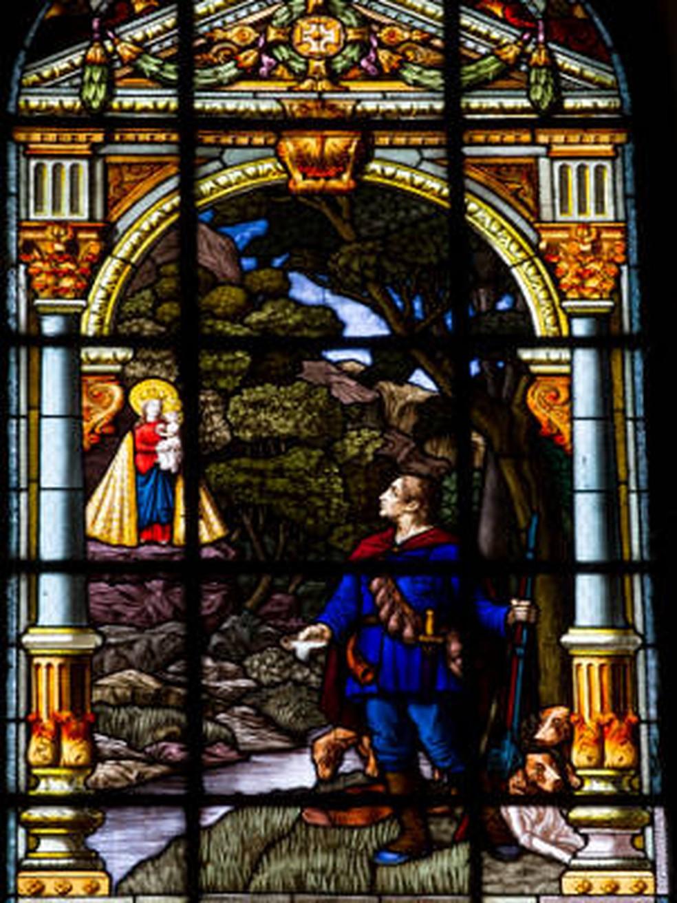 Um dos vitrais da Basílica representa o momento em que o pescador Plácido encontra a imagem de Nossa Senhora de Nazaré — Foto: Shirley Penaforte/O Liberal