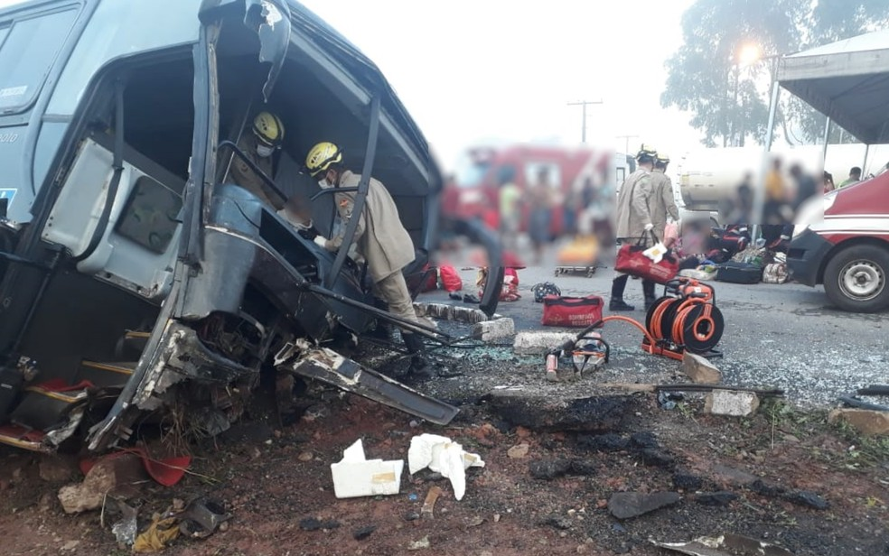 Acidente com ônibus deixa mais de 20 pessoas feridas na GO-080 — Foto: Corpo de Bombeiros/Divulgação