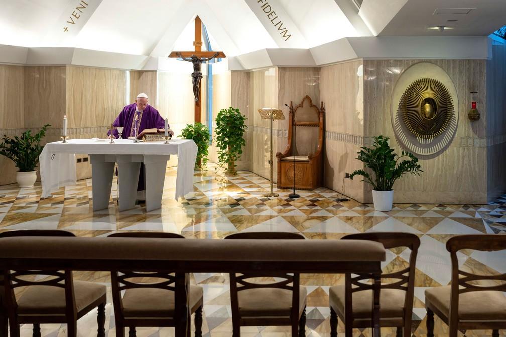 Papa Francisco celebrou missa na capela de Santa Marta, como parte de medidas de precaução contra a propagação do novo coronavírus — Foto: Vatican Media/ AFP/Arquivo