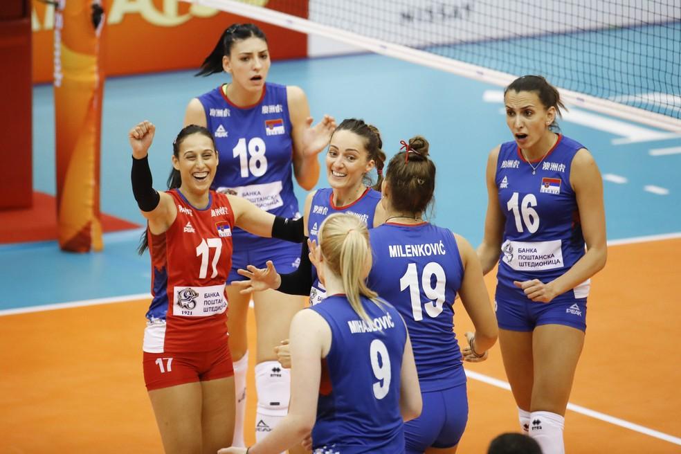 Sérvia comemora a vitória sobre o Brasil — Foto: Divulgação FIVB