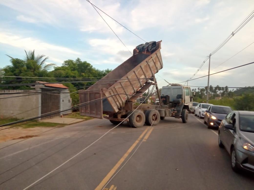 Caminhão bate em poste na AL-101, em Maceió