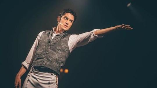 Gabriel Leone estreia musical e revela paixão pelo teatro: 'Onde me descobri ator'
