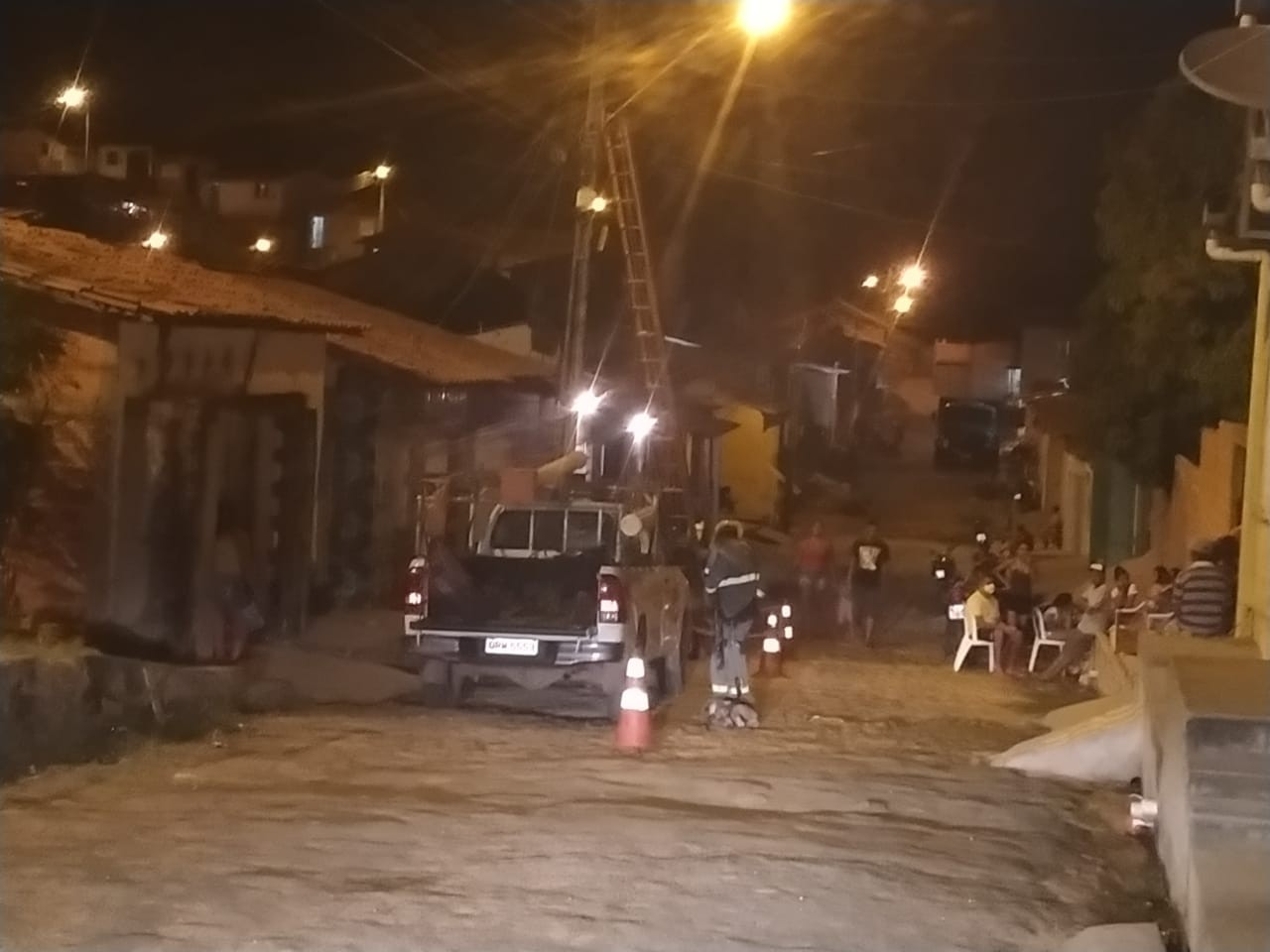 Jovem morre eletrocutado e fica preso em poste após tentar realizar ligação clandestina, diz PM