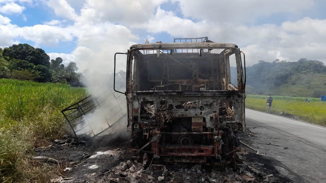 Caminhão pega fogo e motorista consegue sair de veículo na BR-101, em Xexéu