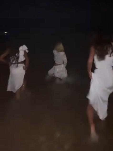 Thelminha, Bruna MArquezine, Manu Gavassi e Rafa Kalimann entram no mar de roupa em festa de Ano Novo (Foto: Reprodução instagram)