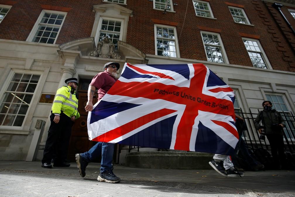 Apoiador do Brexit levanta bandeira durante manifestação em Londres na quarta-feira (9) — Foto: Henry Nicholls/Reuters